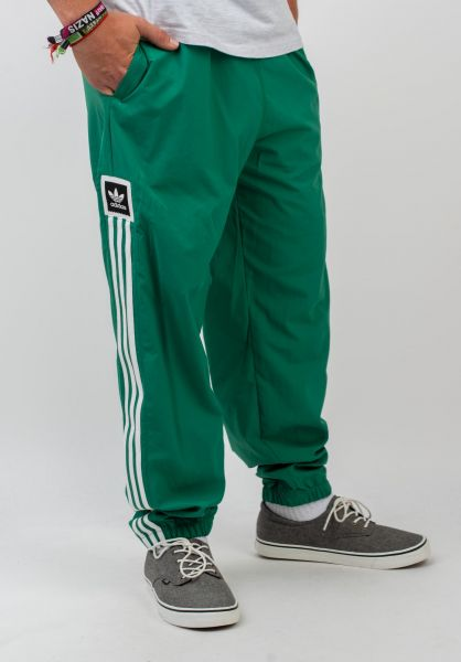 adidas-skateboarding Jogginghosen Standard Windpant boldgreen-white vorderansicht 0680229