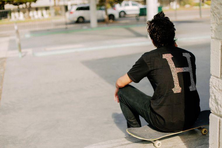 HUF kommt aus der Skateboardszene und bietet klassische Streetwear und Skateschuhe.